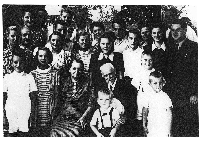 Anton Chráska s soprogo v krogu družine, 1947
